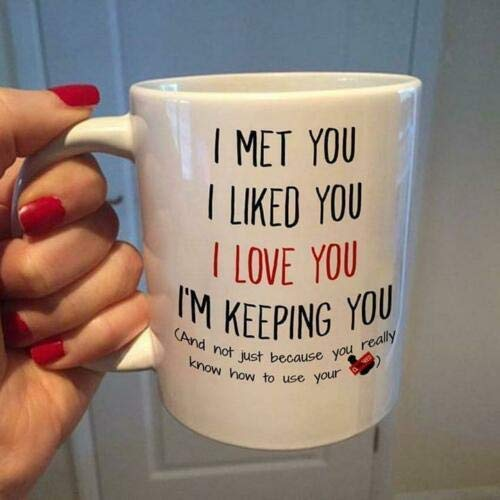 Taza de cerámica blanca con texto 'I Met You I Liked You I Love You I'm Keeping You', 325 ml.
