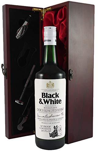 Black and White Buchanans Scotch Whisky (1960's) in einer mit Seide ausgestatetten Geschenkbox. Da zu vier Wein Zubehör, Korkenzieher, Giesser, Kapselabschneider,Weinthermometer, 1 x 700ml