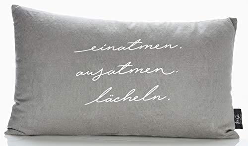 """LePaJo Deko-Kissen """"Einatmen. Ausatmen. Lächeln."""" 50 x 30 cm Bezug: grau, 100% Baumwolle mit Reißverschluss. Kissen"""