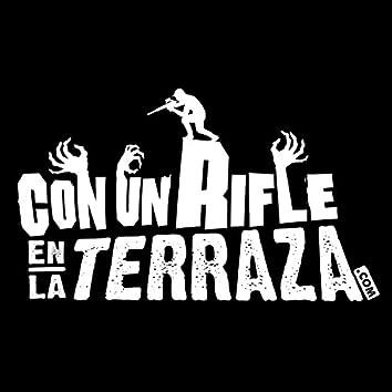 Con un rifle en la terraza