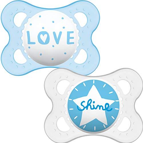 MAM I Love Mama und Papa Schnuller 0-6 Monate (2er Pack), Baby Schnuller mit selbststerilisierendem Reiseetui, Newborn Essentials, Blau (Designs können variieren)