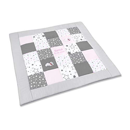 Amilian Krabbeldecke Patchworkdecke ideal als Spieldecke Laufgittereinlage Decke Kuscheldecke schön gepolstert mit Namen und Datum bestickt, ideal als Geschenk M088 (105x105cm)