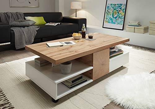 lifestyle4living Couchtisch in matt weiß, Wohnzimmertisch mit Absetzungen in Eiche-Nachbildung, Kaffeetisch mit Ablagen und Fächern, auf Rollen