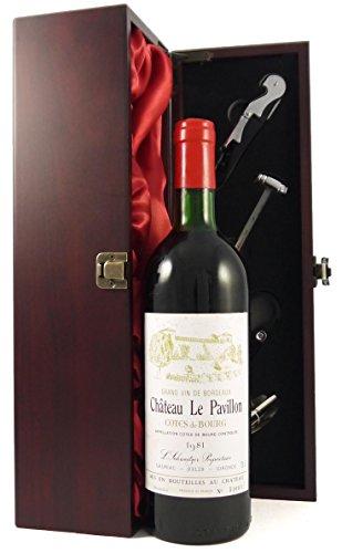 Chateau Le Pavillon 1981 Bordeaux in einer mit Seide ausgestatetten Geschenkbox. Da zu vier Wein Zubehör, Korkenzieher, Giesser, Kapselabschneider,Weinthermometer, 1 x 750ml