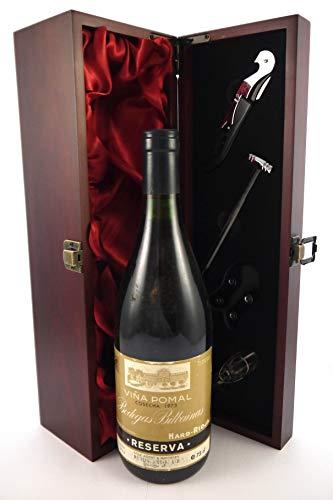 Rioja 1973 Bodegas Bilbainas Vina Pomal Reserva en una caja de regalo forrada de seda con cuatro accesorios de vino, 1 x 750ml