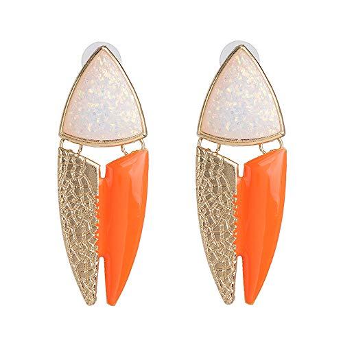 Pendientes en forma de pez en tono naranja y dorado.
