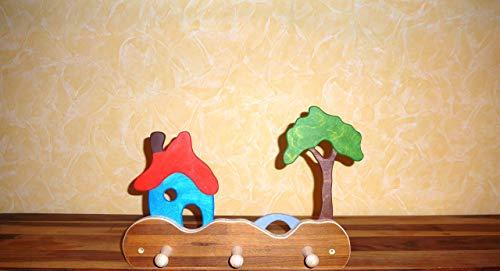 bunte Kindergarderobe Haus mit Schornstein, Brücke und Baum