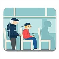 マウスパッド昔ながらの方法でバスで退職した男老人に疲れを与え、プレイヤーと一緒にいる少年と少年ノートブック、デスクトップコンピューター、オフィス用品のマウスパッド