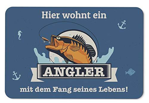 Tassenbrennerei Fußmatte Hier wohnt EIN Angler mit dem Fang seines Lebens - Geschenk Schmutzmatte mit Spruch - waschbar für innen & außen - Deutsche Qualität