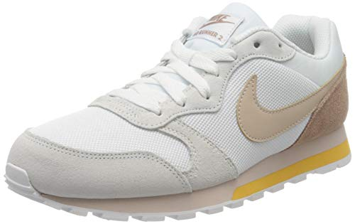 Nike MD Runner 2, Zapatillas para Mujer, Polvo Blanco/fósil del Desierto de Piedra, 40.5 EU