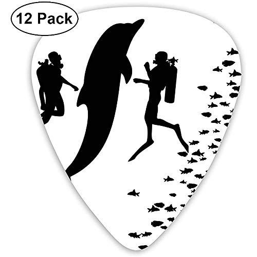 Guitar Picks 12er-Pack, zwei Taucher und eine riesige Fischsilhouette, die in der Nähe des Riffs monochrom schwimmt