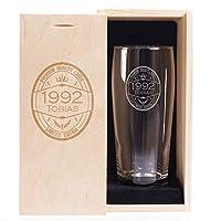 Une élégante pinte de bière de contenance 63 cl, avec calibrage à 50 cl Hauteur de la pinte: 18.7 cm x diamètre: 7.5 cm Matière: verre, matière du coffret: épicéa Coffret en bois - personnalisation identique au verre