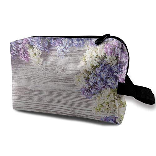 XCNGG Bolsa de almacenamiento de maquillaje de viaje Bolso de aseo portátil Bolso pequeño organizador de cosméticos para mujeres y hombres Ramo de flores de color lila en mesa de madera