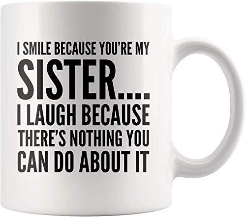 Bestseller Kaffeetasse Ich lächle, weil Sie meine Schwester Geschenk an Schwester Sissy 11 Unzen Neuheit Keramik Teetasse Weiß Geschirrspüler und Mikrowelle sicher sind