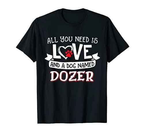 Todo lo que necesitas es amor y un perro llamado Dozer pequeño grande Camiseta