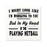 Mari57llis Señal de madera rústica, con texto en inglés 'I Might Look Like I'm Working But In My Head I'm Playing Netball, 30,4 x 30,4 cm, para decoración de pared