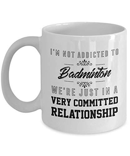 Taza de bádminton con texto en inglés 'We 're in a Very Committed Relationship Right Now', divertida taza de café de cerámica, caja de regalo