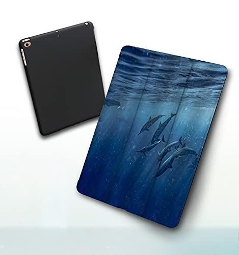 Funda para iPad 9,7 Pulgadas, 2018/2017 Modelo, 6ª / 5ª generación,Hermosos Delfines Cerca de la Foto de la Isla Grande de Hawai en Wild Nature Artwork Smart Leather Stand Cover with Auto Wake/Sleep