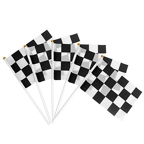 Heqishun 30 Piezas Banderas de Carrera a Cuadros con Palos Plásticos Ensambladas Banner Race Car Decoración para Fiesta Temática de Carrera Tejido de Poliéster Negro Mezcla Blanco