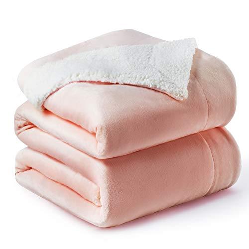 Bedsure Sherpa Decke Rosa zweiseitige Wohndecken Kuscheldecken, extra Dicke warm Sofadecke/Couchdecke aus Sherpa, 220x240 cm super flausch Fleecedecke als Sofaüberwurf oder Wohnzimmerdecke