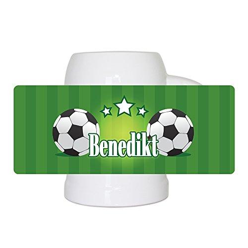 Fußball-Bierkrug mit Namen Benedikt und schönem Motiv mit Fußbällen und grünem Hintergrund für Männer - Fan-Bierkrug personalisiert - Deutschland-Krug - Bierhumpen