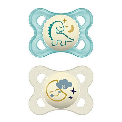 MAM Night Schnuller im 2er-Set, leuchtender Baby Schnuller, besonders weicher Baby Schnuller für schnelle Akzeptanz mit Sterilisier-Transportbox, ab der Geburt, Dino/Mond