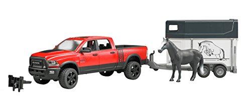 Bruder 02501 Toys RAM 2500 Power Wagon met paardenhanger en 1 paard, kleurrijk