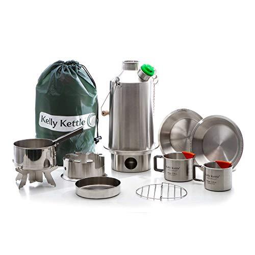 Kelly Kettle Base Camp Camping-Koch-Ausrüstung mit 1,6 l Edelstahl-Wasserkessel \'Base Camp\', Kochgut-Set, Campingkocher \'Hobo\', 2 Camping-Tassen, 2 Tellern, Topf-Halterung und Tasche