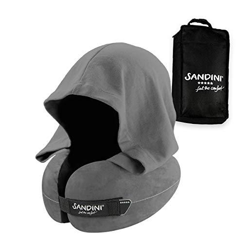 SANDINI TravelFix HOODIE Regular Size – Premium Reisekissen mit Verschluss/ Nackenkissen mit ergonomischer Stützfunktion und integrierter Kapuze – Gratis Transporttasche mit Befestigungs-Clip