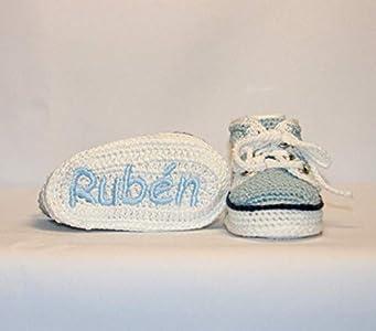 Zapatillas deportivas bebé hechas a mano en ganchillo y personalizadas con el nombre bordado en la suela