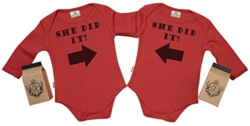 Spoilt Rotten SR - Milchtüte Geschenkbox - She Did It & She Did It Baby Zwillinge Strampler - Strampelanzug - 100% ökologisch - Baby Zwillinge Geschenkset, Rot, 0-6 Monate