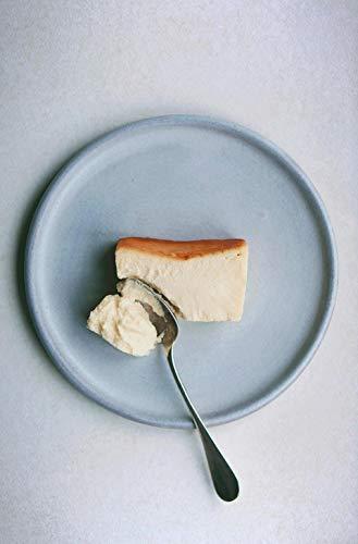 """湯せん焼きをすることで、上部はしっかりめ下部はなめらかな2つの食感を楽しめます。冷凍で届くので、凍ったままアイスケーキや、半解凍など食べ方はいろいろ。全部解凍するとブリュレのようにやわらかで、スプーンですくっていただきましょう。""""人生最高のチーズケーキ""""と銘打つ極上スイーツを味わってみませんか?"""