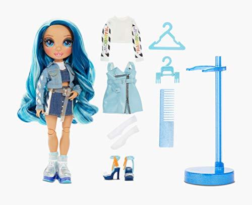 Rainbow High Muñeca de Moda - Skyler Bradshaw Muñeca en Azul con Conjuntos Elegantes, Accesorios y Soporte para Muñeca, Rainbow High Serie 1, Regalo Óptimo para Niñas a Partir de 6 Años