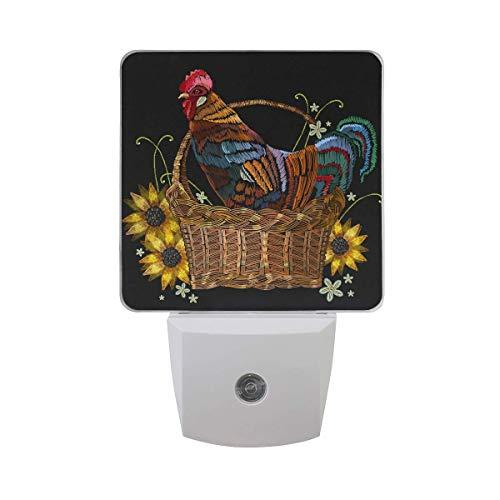 Gallo En Una Cesta De Mimbre, Paquete De 2 .W Lámpara De Luz Nocturna Led Enchufable Con Sensor De Anochecer A Amanecer,