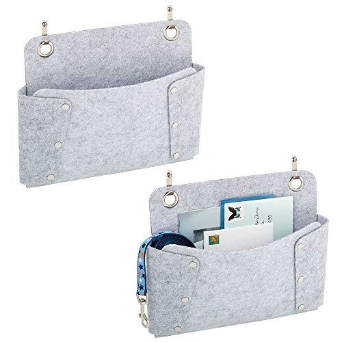 mDesign Juego de 2 bolsillos colgantes de fieltro – Bolsa para sofá para guardar libros, periódicos, mandos a distancia, tablets o móviles – Organizador de cama para colgar – gris claro y plateado