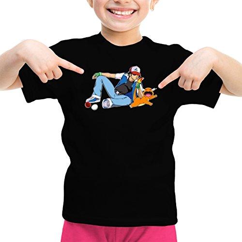 Okiwoki T-Shirt Enfant Fille Noir Pokémon parodique Salamèche et Sasha : Un Briquet Bien Pratique : (Parodie Pokémon)