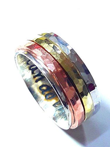 Anillo (antiestress) de plata tipo cartier, con 3 anillos gitatorios de plata, cobre y laton, con martillado facetado y texto personalizado.