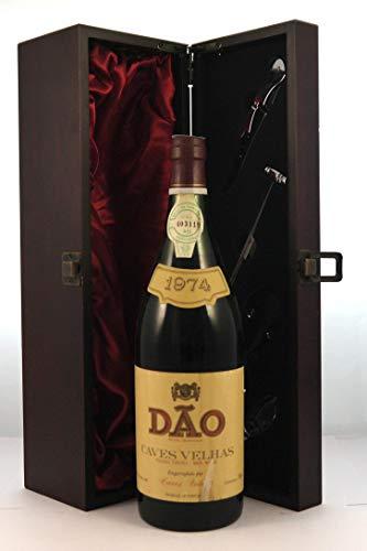 Dao Caves Velhas 1974 en una caja de regalo forrada de seda con cuatro accesorios de vino, 1 x 750ml