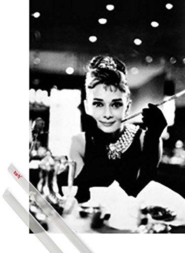 1art1 Audrey Hepburn Póster (91x61 cm) Desayuno con Diamantes B/N Y 1 Lote De 2 Varillas Transparentes