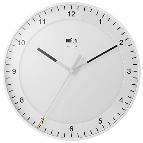 Klassische große Funkwanduhr von Braun für die Mitteleuropäische Zeitzone (MEZ/GMT+1) mit leisem Uhrwerk, leicht lesbarem Zifferblatt, 30cm Durchmesser, weißes Modell BC17W-DCF.
