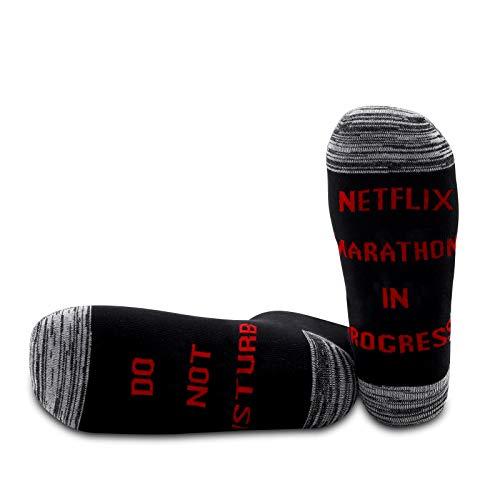 PYOUL 1 Paar Marathon Socken Marathon Liebhaber Geschenk Netflix Geschenk Do Not Disturb Netflix Marathon In Progress Socken Gag Geschenk Gr. One size, Marathon In Progress 1 Paar