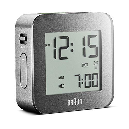 Braun Digitaler Reisefunkwecker mit Schlummerfunktion, kompakte Größe, LC-Display, Schnelleinstellfunktion, Alarmfunktion, in Grau, Modell BNC008GY-RC