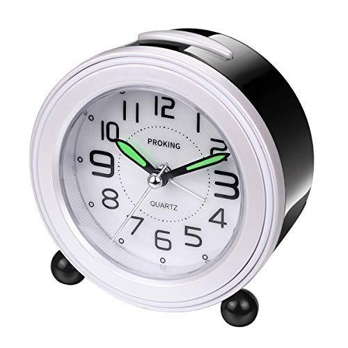 Analoge wekker, mini niet-tikkende nachtkastje reizen stille wekker met luid alarm, nachtlicht, snooze, batterij aangedreven wakker klok (zwart en wit)