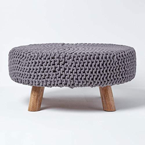 Homescapes niedriger runder Strick Sitzhocker mit Holzbeinen, Grauer Fußhocker 62 x 62 x 30 cm, Strickhocker mit grob gestricktem Bezug aus 100% Baumwolle