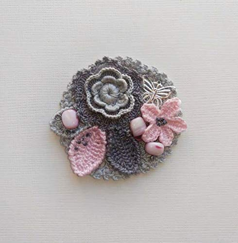 broche boho vintage con flores y hojas en ganchillo con encaje y cuentas de vetro y nácar