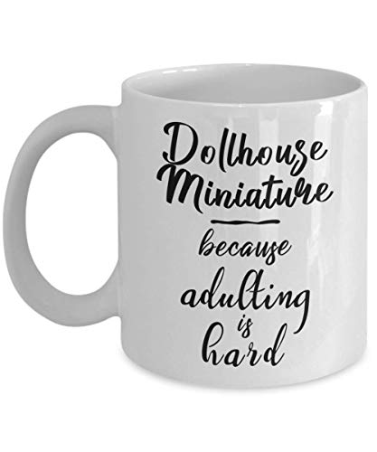 N\A Taza en Miniatura de casa de muñecas - Porque adultar es difícil - Taza de té y café de cerámica novedosa y Divertida Regalos geniales para Hombres o Mujeres con Caja de Regalo