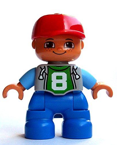 Lego Duplo Junge mit der Zahl 8 auf dem Shirt und roter Baseballkappe