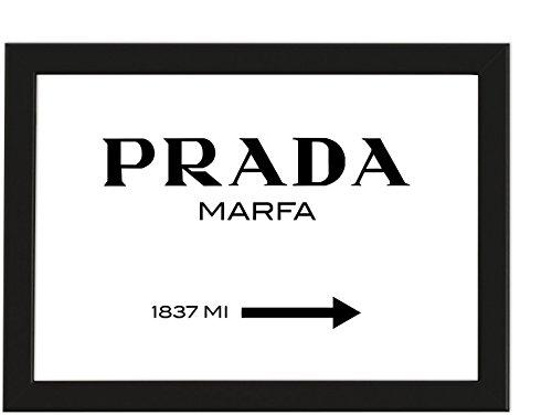 PICSonPAPER Poster Modeschild Wegweiser zum konsumkritischen Marfa Kunstwerk in Texas, Schwarz gerahmt DIN A4, Dekoration, Wandposter, Dekoration für Haus (Schwarz gerahmt DIN A4)