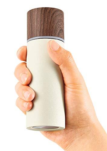 φ45×H142mmのコンパクトなミニボトル。本体重量は約125g。通勤、通学、お散歩など、携帯に便利な軽量タイプです。マットな塗装の施された本体に、温かみのある木目のフタがよくマッチしておしゃれですね。