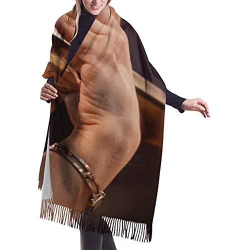 Regan Nehemiah wrap sjaal wikkelen hand op de snaren van een viool sjaal wikkelt grote warme deken